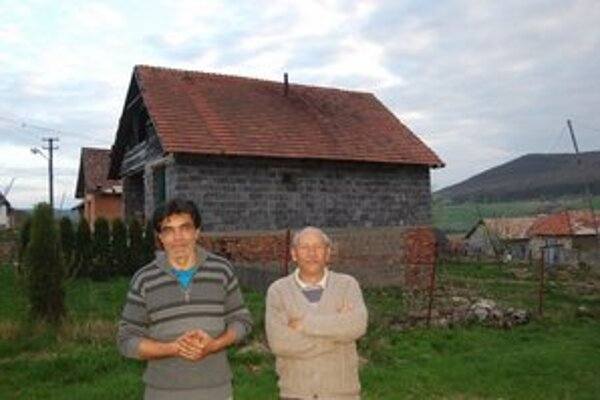 V osade. Vajda Ľudovít Gunár a majiteľ domu v pozadí.