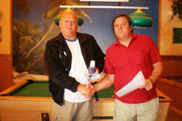 Tibor Barna (vľavo) prijíma gratuláciu od Štefana Repku.