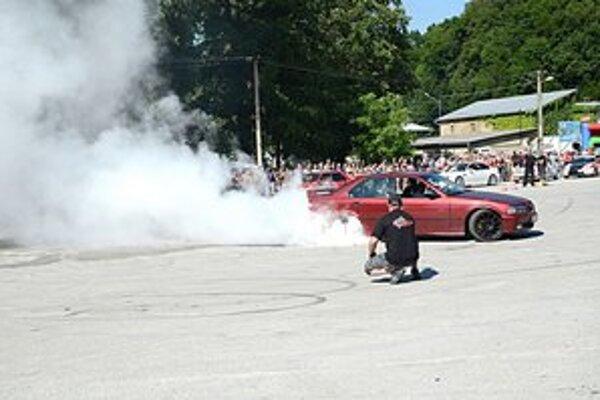"""Rožňavskí drifteri predviedli okrem iného aj """"pálenie pneumatík""""."""