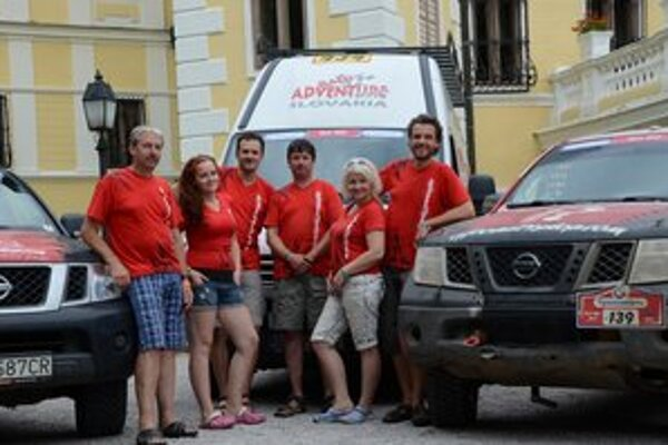 Celý tím Raid Adventure tvorilo na Silk Way Rally šesť ľudí. Súťažná posádka D. a J. Ulrichovci sú vpravo.