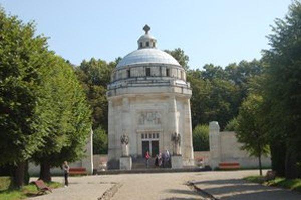 Mauzóleum. Určitá podobnosť je podľa viacerých v kupole oboch pamiatok.