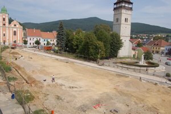 Rekonštrukcia námestia. Dokončujú sa podkladové vrstvy pre konštrukciu podkladov pre budúce dlažby.