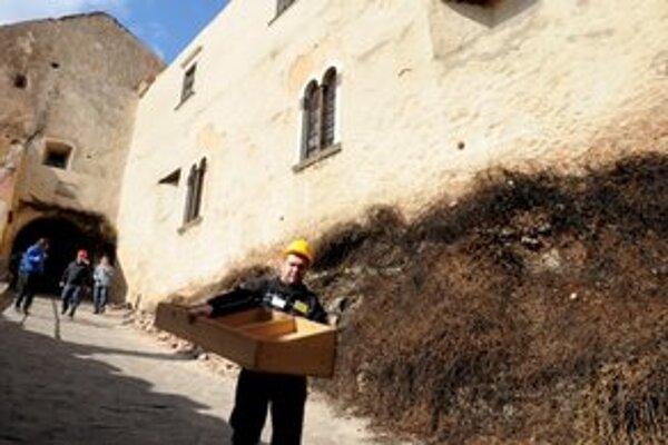 Zachránené zariadenie po požiari z hradu odniesli.