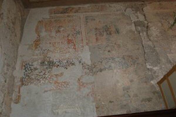 Fresky. Na stenách kostola sa nachádzajú hodnotné gotické fresky.