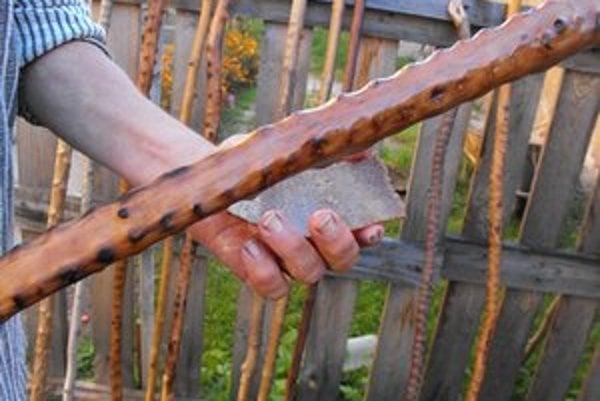 Leštenie. Namiesto laku používali pastieri kožu zo slaniny.