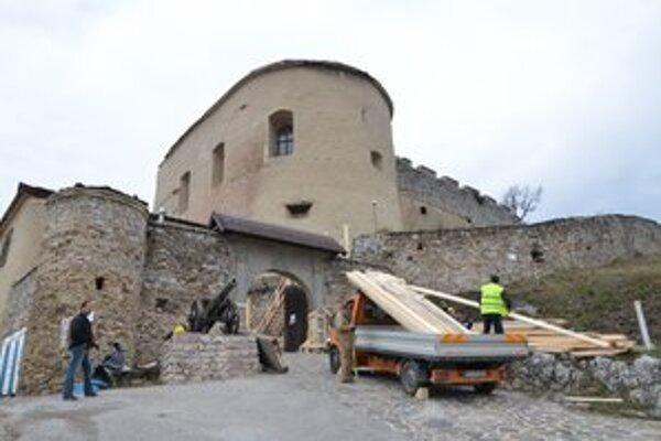 Rekonštrukcia hradu. Po siedmich mesiacoch sa konečne začala.