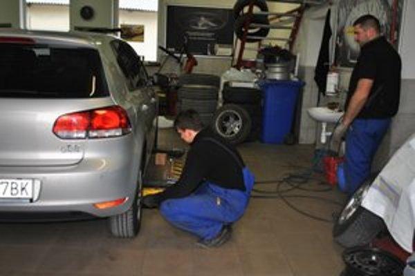 Prezutie. Stačí prísť a mechanici vám letné pneumatiky vymenia za zimné.