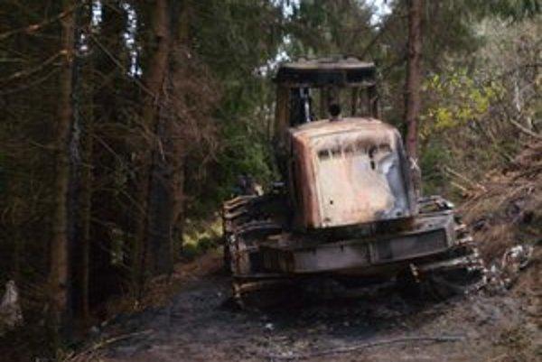 Pracovný stroj. Príčinu požiaru stále vyšetrujú.