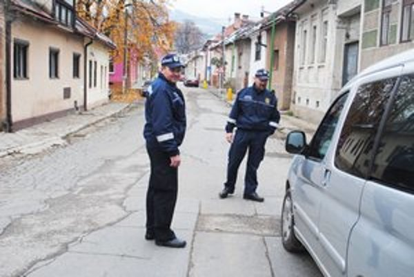 Mestskí policajti. V Dobšinej je ich deväť, je to viac ako v iných slovenských mestách.