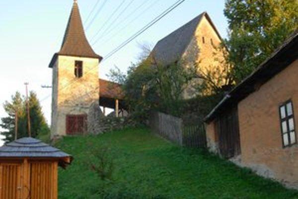 Gotický kostolík. Začalo sa s jeho opravou.
