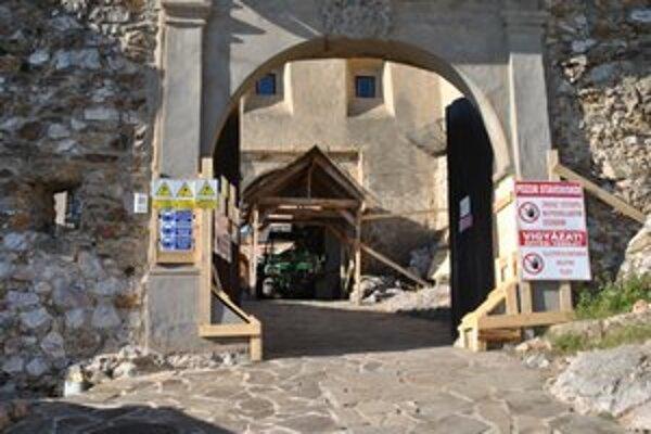 Práce na hrade pokračujú.