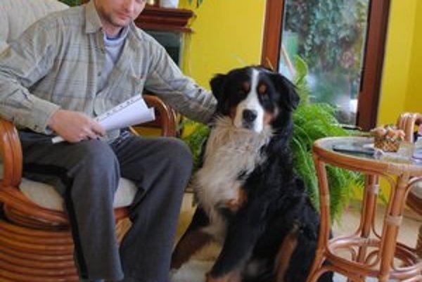 Karol Krak hovorí, že proti psom nič nemá, chce však pokojné bývanie.