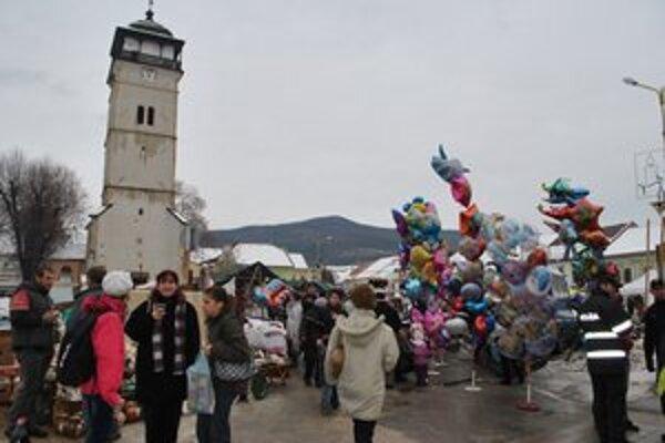 Vianočné trhy v meste. Ich súčasťou je už tradičný charitatívny bazár.