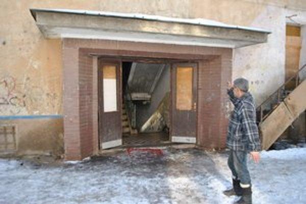 Bytovka na Zlatej ulici. Mesto ju vníma ako prebytočný majetok. Najstarší nájomník Karol (62) by chcel byty opraviť aj s pomocou mesta.