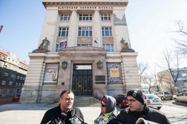 Konateľ spoločnosti PR Querkus Robert Pacalaj (vľavo) na brífingu o výbere spoločnosti na opravu hradu Krásna Hôrka komisiou Slovenského národného múzea.