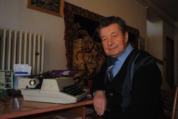 Kronikár. Pracovným nástrojom je pre neho písací stroj.