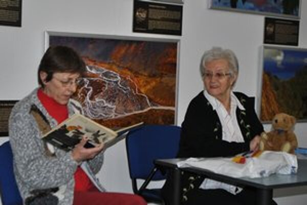 Rozprávková babička Ruženka. Na snímke vpravo s macíkom. Spolu s ňou deťom čítala aj Olinka, tiež niekdajšia učiteľka.