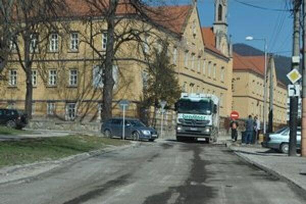 Križovatka ulíc Kósu-Schoppera – Lipová. Najviac poškodené úseky vyfrézovali, pribudne tu nová asfaltka.