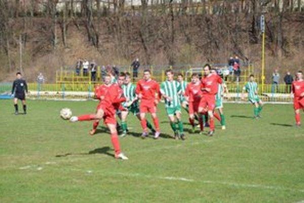 Gólový štart. Patrik Milata (v strede s číslom 5) sa v úvodnom zápase prezentoval dvoma gólmi.