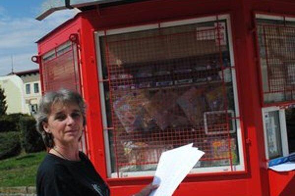 Petícia. Estera Sčipáková nám ukazuje, koľko podpisov majú na petičných hárkoch.