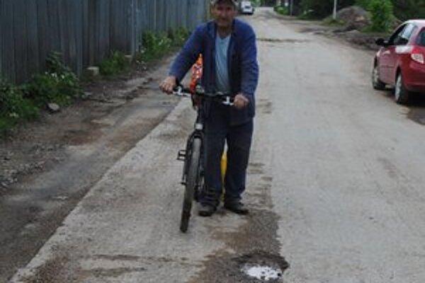 Pán Mikuláš. Po časti Nadabula a Rožňavská baňa jazdí hlavne na bicykli. Zapózoval nám, ako on hovorí, ešte pri vcelku slušných jamách.