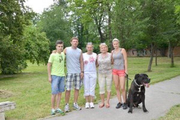 Rodinná podpora. Adriana Dovalu prišli pri rekorde podporiť aj mama a sestry.