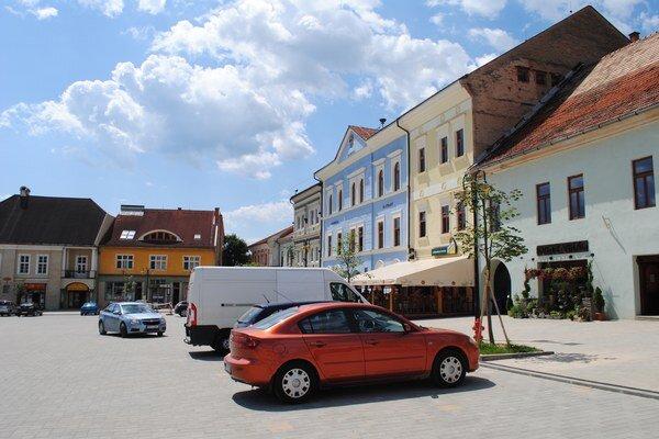 Autá môžu opäť parkovať v blízkosti obchodných prevádzok.