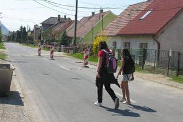 Cesta na Páterovej ulici je frekventovaným úsekom, cez ktorý denne prejde množstvo chodcov.