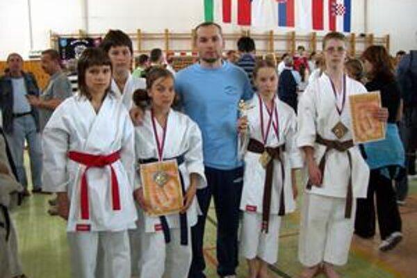 Revúcka výprava. Pretekári revúckeho Karate Klubu spolu s trénerom A. Bunjatovom.
