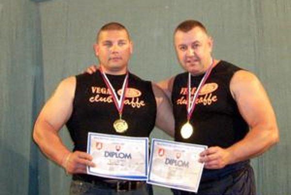 Majstrovstvá Slovenska. Peter Szabó (vpravo) i Robert Bastyur získali v tlaku na lavičke prvé miesto.