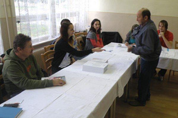 V siedmom prievidzskom okrsku prichádzajú voliči hlasovať priebežne.