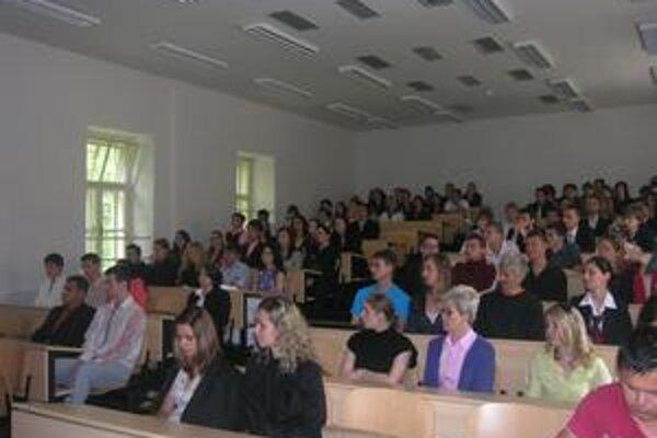 Študenti. Dokončia štúdium v Rožňave, alebo budú cestovať do Košíc?