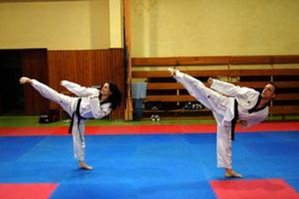 Silná disciplína. V synchro poomsae nemajú Nora Kiššová a Gabriel Hiczér na mnoho konkurentov.