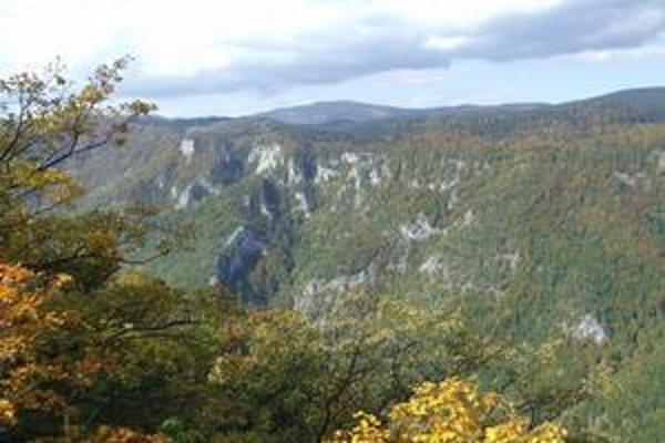 Aktivisti zo šiestich krajín. Po skončení práce môžu obdivvať nezvyčajné krásy planiny.