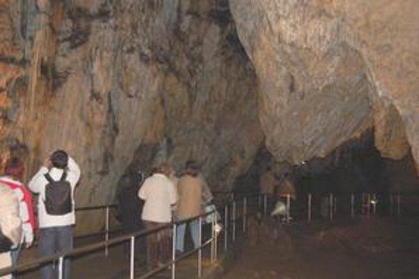 Jaskyne. Dlhé či krátke túry v nich sú súčasťou festivalu.