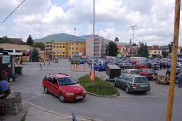Pozemky. Tu pri Tescu by mal stáť ešte jeden obchodný dom s parkovacími plochami aj autobusovou stanicou, alebo len autobusová stanica a parkovacie plochy pre Tesco.