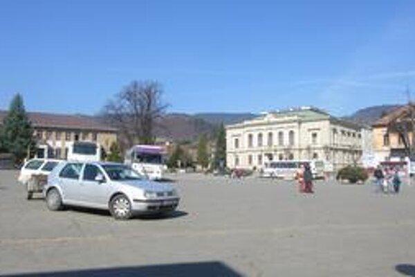Po rekonštrukcii by z námestia bola oddychová zóna. Teraz je v niektorých dňoch plné osobných áut, cestujúcich aj autobusov.