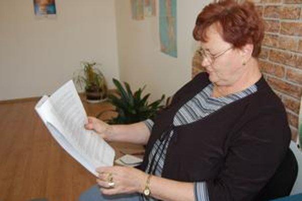 Obyvateľka. Anna Szaniszlóová so zápisnicou z augustového zasadnutia miestnych poslancov.
