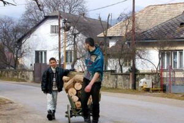Niektorí ľudia šetria aj na doprave, a tak si palivo prinášajú domov sami.