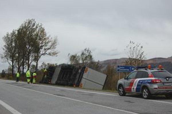 Vodič kamiónu sa len nemo pozeral, ako jeho vozidlo vyvracia vietor do priekopy.