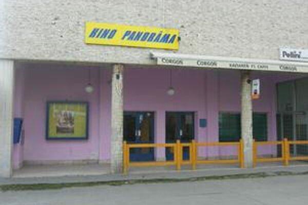 Budova kina. Mesto Rožňava ju ponúklo na predaj za 331 939 eur, no o jej kúpu neprejavil nik záujem.