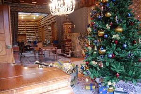 V historickej knižnici. Výzdoba stromčeka prechádza rokmi najmenšími zmenami.
