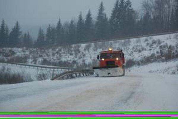 Dobšinský kopec. Kamiónová doprava by tu mala používať snehové reťaze.