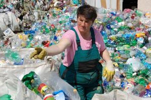 Triedenie plastových fliaš. Fľaše po spracovaní na granulát sa budú používať ako surovina pre recyklačný závod.