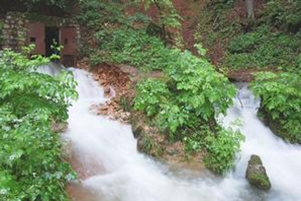 Krásnohorská jaskyňa. Prietok 5 kubíkov vody za sekundu tu ešte nikdy nemali.