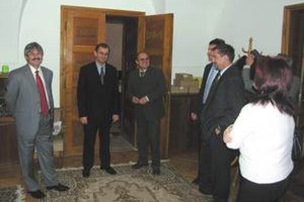 Doterajšia koalícia. Po voľbách 2006 sa v Rožňave dali dohromady strany Smer a SMK a vytvorili koalíciu.