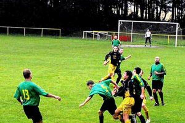 I keď počasie futbalu neprialo, v derby sa bojovalo s nasadením o každú loptu.