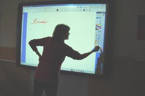 Interaktívne tabule. Využívajú sa aj pri výučbe cudzích jazykov.