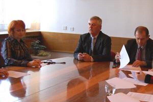 Kontrolórka. Katarína Balážová (vľavo) a jej útvar riešili vlani 2 sťažnosti, 3 petície, vykonávali kontroly a zaoberali sa aj rôznymi podaniami občanov.