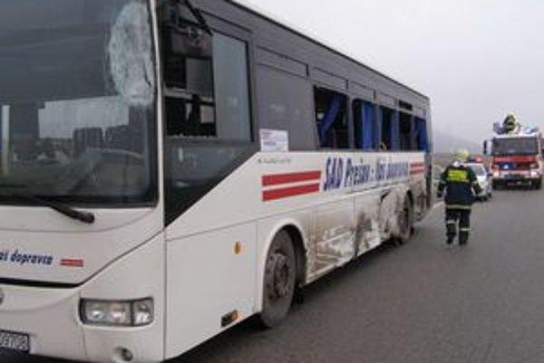 Úlomky z vybitých okien zranili niekoľkých cestujúcich.